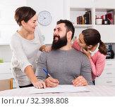 Parents signing property papers. Стоковое фото, фотограф Яков Филимонов / Фотобанк Лори