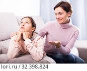 Mother asks daughter to reconcil. Стоковое фото, фотограф Яков Филимонов / Фотобанк Лори