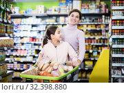 Купить «Woman with daughter in supermarket», фото № 32398880, снято 5 января 2017 г. (c) Яков Филимонов / Фотобанк Лори