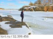 Early spring on Liuskasaari island. Sunny day. Хельсинки, Финляндия (2018 год). Редакционное фото, фотограф Валерия Попова / Фотобанк Лори