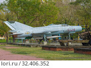 Купить «Советский истребитель МИГ-21 в городском музее Хюэ. Вид сбоку. Вьетнам», фото № 32406352, снято 8 января 2016 г. (c) Виктор Карасев / Фотобанк Лори