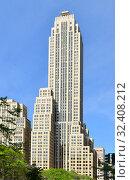 Купить «500 Fifth Avenue, 60-floor, 697-foot-tall (212 m) office building, in Midtown Manhattan, New York City. Skyscraper was built from 1929 to 1931 and is tallest building in New York», фото № 32408212, снято 11 мая 2019 г. (c) Валерия Попова / Фотобанк Лори