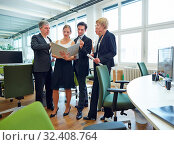 Gechäftsleute stehen mit Akte im Büro und diskutieren. Стоковое фото, фотограф Zoonar.com/Robert Kneschke / age Fotostock / Фотобанк Лори