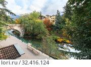 Вид на городскую набережную и старейший городской каменный мост Steinerner Steg. Город Мерано, Южный Тироль, Италия. (2019 год). Стоковое фото, фотограф Bala-Kate / Фотобанк Лори
