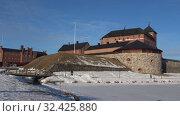 Купить «Старинная крепость Хямеенлинна крупным планом солнечным мартовским днем. Финляндия», видеоролик № 32425880, снято 2 марта 2019 г. (c) Виктор Карасев / Фотобанк Лори