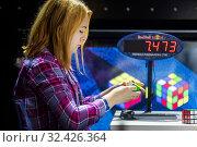Купить «Девушка собирает кубик Рубика во время российского отборочного этапа Red Bull Rubik's Cube 2019  в городе Москве, Россия», фото № 32426364, снято 16 ноября 2019 г. (c) Николай Винокуров / Фотобанк Лори