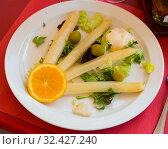 Baked white asparagus with greens. Стоковое фото, фотограф Яков Филимонов / Фотобанк Лори