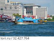 """Пассажирский маршрутный катер """"Голубой линии"""" на фоне современного города. Бангкок (2019 год). Редакционное фото, фотограф Виктор Карасев / Фотобанк Лори"""