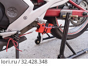 Купить «Manual motorcycle chain cleaner for cleaning chain under from dust», фото № 32428348, снято 16 декабря 2017 г. (c) Kira_Yan / Фотобанк Лори