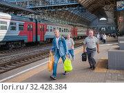Купить «Пассажиры бегущие на электричку», фото № 32428384, снято 3 августа 2015 г. (c) Алёшина Оксана / Фотобанк Лори