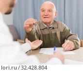 Купить «Elderly man and agent rent apartments», фото № 32428804, снято 19 ноября 2019 г. (c) Яков Филимонов / Фотобанк Лори