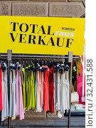 Total Abverkauf in einem Textil Fachgeschäft. Стоковое фото, фотограф Zoonar.com/Erwin Wodicka / age Fotostock / Фотобанк Лори