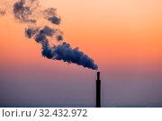 Rauchende Schlote in der Industriezone in Linz, Österreich, Oberösterreich. Стоковое фото, фотограф Zoonar.com/Erwin Wodicka / age Fotostock / Фотобанк Лори