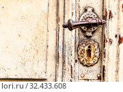 Alte Tür mit verschnörkelter Klinke, Symbol für Verfall, Vergangenheit und Altbau. Стоковое фото, фотограф Zoonar.com/Erwin Wodicka / easy Fotostock / Фотобанк Лори