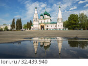 Купить «Church of Elijah the Prophet is reflected in the water of a rain puddle, Yaroslavl», фото № 32439940, снято 13 мая 2019 г. (c) Юлия Бабкина / Фотобанк Лори