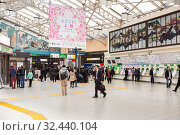 Купить «Entrance hall of Tokyo railway station with ticket-issue machines, passing gate. It is a railway station in Chiyoda-ku served by Shinkansen high-speed rail lines», фото № 32440104, снято 11 апреля 2013 г. (c) Кекяляйнен Андрей / Фотобанк Лори