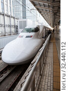 White high speed train N700 series of JR West waits passengers on Tokyo platform. The Tokaido Shinkansen line. It is Nozomi bullet train which stop at only the largest stations. Токио, Япония (2013 год). Редакционное фото, фотограф Кекяляйнен Андрей / Фотобанк Лори