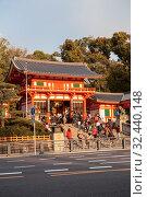 The Nishiromon Gate is the main gate of the Yasaka-Jinja Shrine. It is full of visitors. It is a Shinto shrine in the Gion District. Entrance from wooden orange pagoda. Киото, Япония (2013 год). Редакционное фото, фотограф Кекяляйнен Андрей / Фотобанк Лори