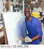 Купить «Workman working with glass», фото № 32440288, снято 16 мая 2018 г. (c) Яков Филимонов / Фотобанк Лори