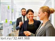 Geschäftsfrauen bedanken sich mit Handschlag für erfolgreiches Consulting. Стоковое фото, фотограф Zoonar.com/Robert Kneschke / age Fotostock / Фотобанк Лори