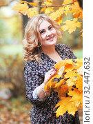 Купить «Девушка осенью», эксклюзивное фото № 32447632, снято 4 октября 2019 г. (c) Инна Козырина (Трепоухова) / Фотобанк Лори