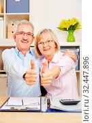 Zufriedenes Paar Senioren hält zusammen die Daumen hoch zur Gratulation. Стоковое фото, фотограф Zoonar.com/Robert Kneschke / age Fotostock / Фотобанк Лори