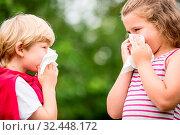 Kinder sind krank und haben eine Grippe und niesen in ein Taschentuch. Стоковое фото, фотограф Zoonar.com/Robert Kneschke / age Fotostock / Фотобанк Лори