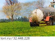 Купить «Ein Traktor düngt mit Gülle ein Feld im Herbst», фото № 32448228, снято 7 июня 2020 г. (c) age Fotostock / Фотобанк Лори