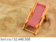 Ein kleiner Liegestuhl (Modell) an einem Sandstrand. Symbolfoto für Urlaub, Ferien, Reise. Стоковое фото, фотограф Zoonar.com/Erwin Wodicka / age Fotostock / Фотобанк Лори
