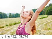 Junge Frau macht eine Atemübung in der Natur und fühlt sich frei. Стоковое фото, фотограф Zoonar.com/Robert Kneschke / age Fotostock / Фотобанк Лори