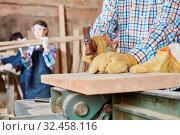 Handwerker schlägt Nagel in ein Holzbrett in Schreinerei Werkstatt. Стоковое фото, фотограф Zoonar.com/Robert Kneschke / age Fotostock / Фотобанк Лори