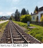 Gleis mit Schienen für Eisenbahn Zug in einer deutschen Stadt. Стоковое фото, фотограф Zoonar.com/Robert Kneschke / age Fotostock / Фотобанк Лори