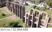 Купить «Aerial view of ancient roman stone aqueduct in Merida, Spain», видеоролик № 32464688, снято 22 апреля 2019 г. (c) Яков Филимонов / Фотобанк Лори