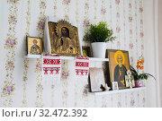 Иконы в красном углу в современной квартире. Стоковое фото, фотограф Кузин Алексей / Фотобанк Лори
