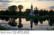 Летний вечер в Вологде. Сретенская церковь отражается в реке (2019 год). Стоковое видео, видеограф Юлия Бабкина / Фотобанк Лори