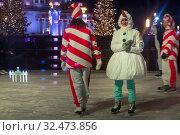 Купить «Молодые люди в карнавальных костюмах снеговиков и леденцов катаются на катке на ВДНХ в городе Москве, Россия 22 ноября 2019», фото № 32473856, снято 22 ноября 2019 г. (c) Николай Винокуров / Фотобанк Лори