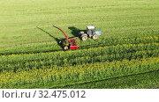 Купить «Сельскохозяйственная техника во время уборки урожая рапса», видеоролик № 32475012, снято 9 апреля 2020 г. (c) Евгений Ткачёв / Фотобанк Лори