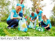 Junge Leute als freiwillige Helfer beim Müll sammeln bei einer Umweltschutz Aktion. Стоковое фото, фотограф Zoonar.com/Robert Kneschke / age Fotostock / Фотобанк Лори