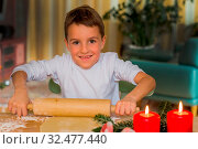 Kind will Weihnachtskekse backen. Plätzchen für die Adventzeit. Стоковое фото, фотограф Zoonar.com/Erwin Wodicka / age Fotostock / Фотобанк Лори