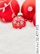 Rote Weihnachtskugel mit Schneeflocke zu Weihnachten liegt auf Schnee Dekoration. Стоковое фото, фотограф Zoonar.com/Robert Kneschke / age Fotostock / Фотобанк Лори