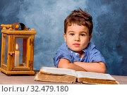 Kleiner Junge mit Buch und Windlicht, Symbol für Bildung, Schulreform, Lernen. Стоковое фото, фотограф Zoonar.com/Erwin Wodicka / age Fotostock / Фотобанк Лори