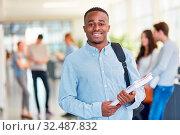 Junger afrikanischer Student am College freut sich auf das Studium. Стоковое фото, фотограф Zoonar.com/Robert Kneschke / age Fotostock / Фотобанк Лори