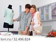 Mann und Frau belegen gemeinsam Modedesign im Online-Studium. Стоковое фото, фотограф Zoonar.com/Robert Kneschke / age Fotostock / Фотобанк Лори