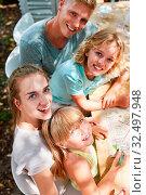 Familie hat Freude beim malen von Traumhaus als Wunsch für die Zukunft. Стоковое фото, фотограф Zoonar.com/Robert Kneschke / age Fotostock / Фотобанк Лори