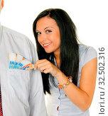 Junge Frau zieht einem Mann Schweizer Franken aus der Tasche. Стоковое фото, фотограф Zoonar.com/Erwin Wodicka / age Fotostock / Фотобанк Лори