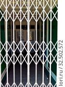 Ein Geschäft ist durch ein scheren Gitter verschlossen. Symbolfoto für Ladenöffnungszeiten. Стоковое фото, фотограф Zoonar.com/Erwin Wodicka - wodicka@aon.at / age Fotostock / Фотобанк Лори