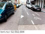 Einbahnstraße, Besonders markierte Spur für Radfahrer in Gegenrichtung. Стоковое фото, фотограф Zoonar.com/Erwin Wodicka - wodicka@aon.at / age Fotostock / Фотобанк Лори