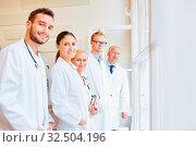 Ärzteteam im Krankenhaus mit Fachärzten und Assistenzärzten. Стоковое фото, фотограф Zoonar.com/Robert Kneschke / age Fotostock / Фотобанк Лори