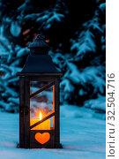 Купить «Eine Laterne leuchtet im Schnee zu Weihnachten. Romantisches Licht an einem Abend im Winter. Stille und Ruhe», фото № 32504716, снято 25 мая 2020 г. (c) age Fotostock / Фотобанк Лори