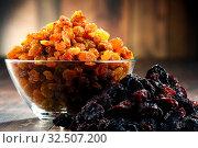 Купить «Composition with bowl of raisins on wooden table.», фото № 32507200, снято 26 февраля 2020 г. (c) easy Fotostock / Фотобанк Лори